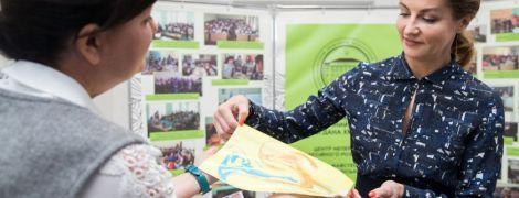 В блузке с пикантным вырезом и с красным маникюром: Марина Порошенко в Запорожской области