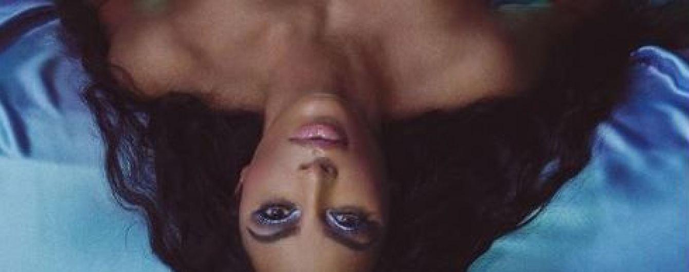 Уровень эротики зашкаливает: обнаженная Кардашян разлеглась на кровати, прикрыв соски