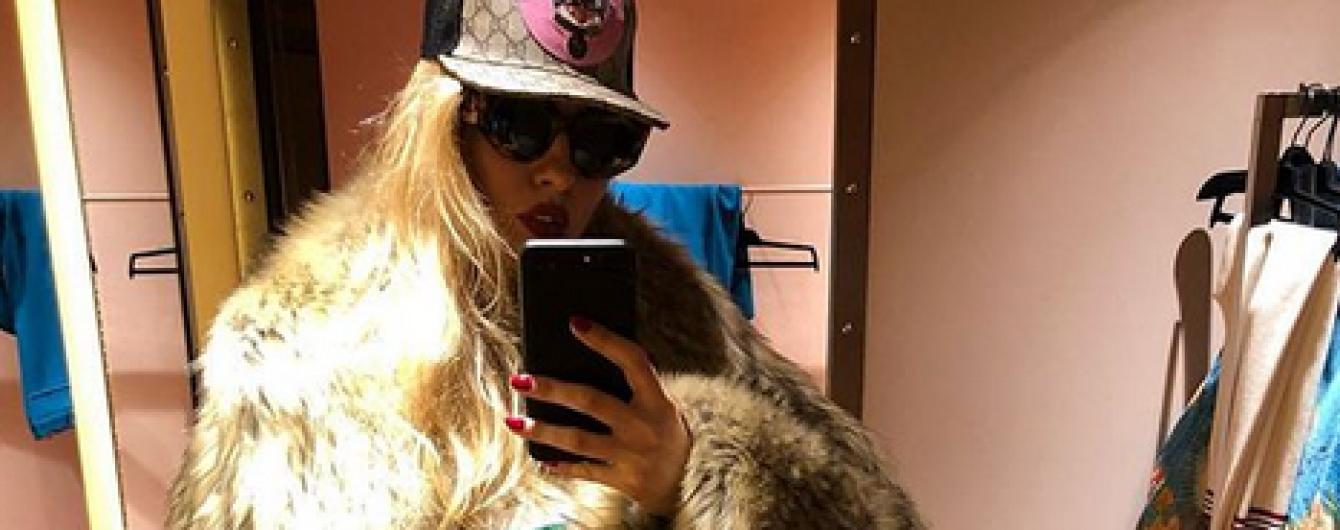 В объемной шубе и кепке: Оля Полякова продемонстрировала новый лук
