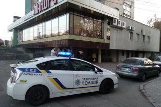 В Житомире неизвестные подрезали парня возле кафе и скрылись на авто, полиция разыскивает нападавших