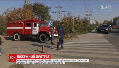 На Киевщине чрезвычайники заблокировали дорогу, чтобы не допустить блокады движения спецмашин