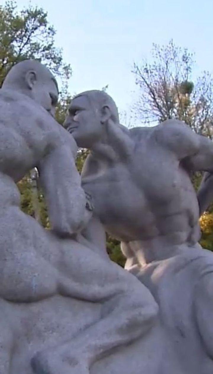Скульптуру оголених братів Кличків встановили на Житомирщині