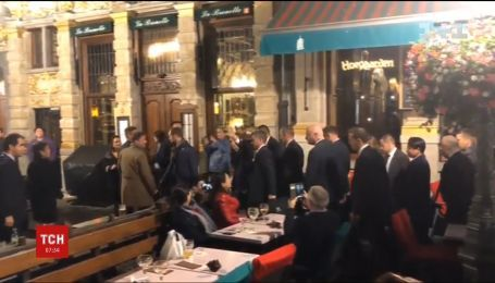 З пивом та картоплею фрі: Меркель та Макрона помітили у барі в Брюсселі
