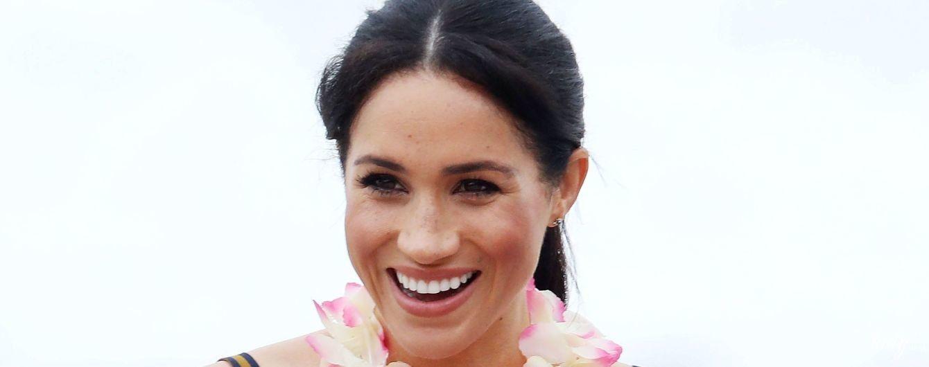 У дорогій максі-сукні та з усмішкою: вагітна герцогиня Сассекська провела день на пляжі