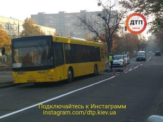 У Києві під час сварки чоловік штовхнув свого опонента під колеса автобуса - ЗМІ