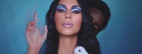 Ничего не стесняется: обнаженная Ким Кардашьян сексуально рекламирует косметические новинки