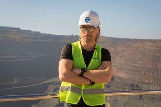 Забавный Олег Винник в каске погонял на грузовике в знаменитом карьере