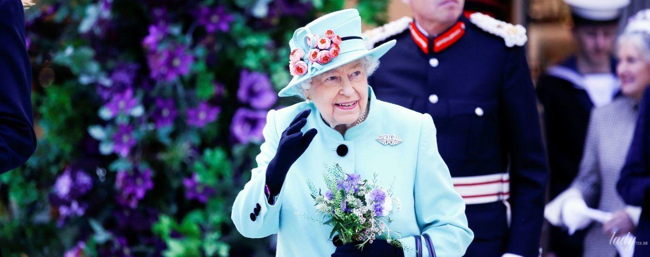 У блакитному пальті і капелюсі з рожевими квітами: елегантний вихід королеви Єлизавети II
