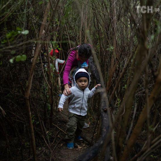 Через хащі та на саморобних плотах: як мігранти намагаються нелегально перетнути кордон США