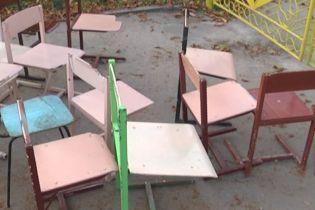 """На Тернопольщине местным депутатам принесли старые школьные стулья """"на обмен"""""""