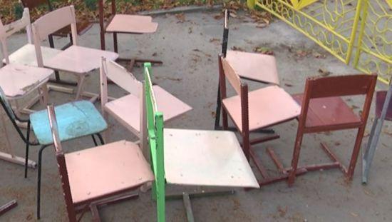 """На Тернопільщині місцевим депутатам принесли старі шкільні стільці """"на обмін"""""""