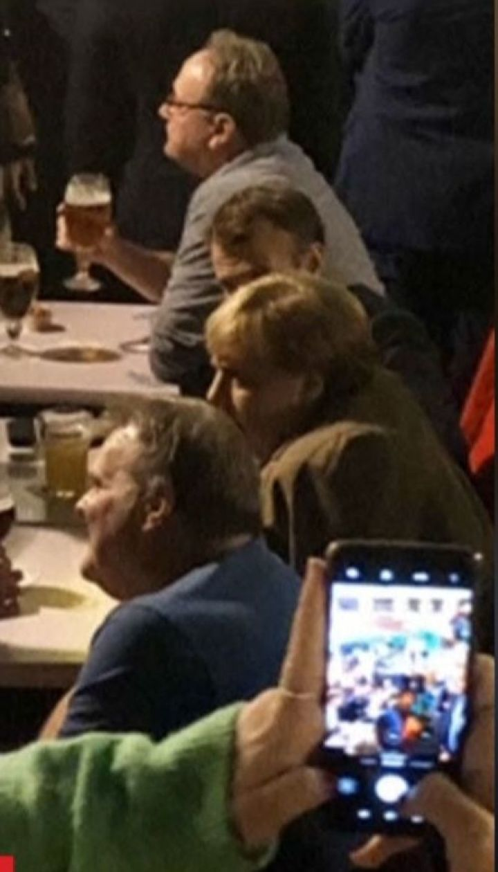 Ангелу Меркель та Еммануеля Макрона заскочили із кухлями пива у брюссельському барі