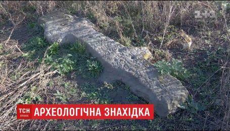 На Днепропетровщине нашли каменного идола с христианскими и языческими символами