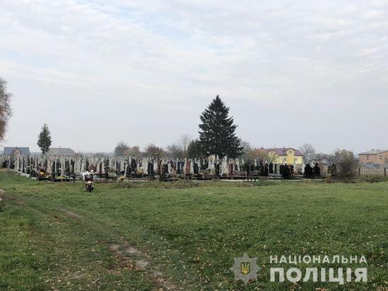 На Львівщині на сільському цвинтарі знайшли тіло новонародженої дитини