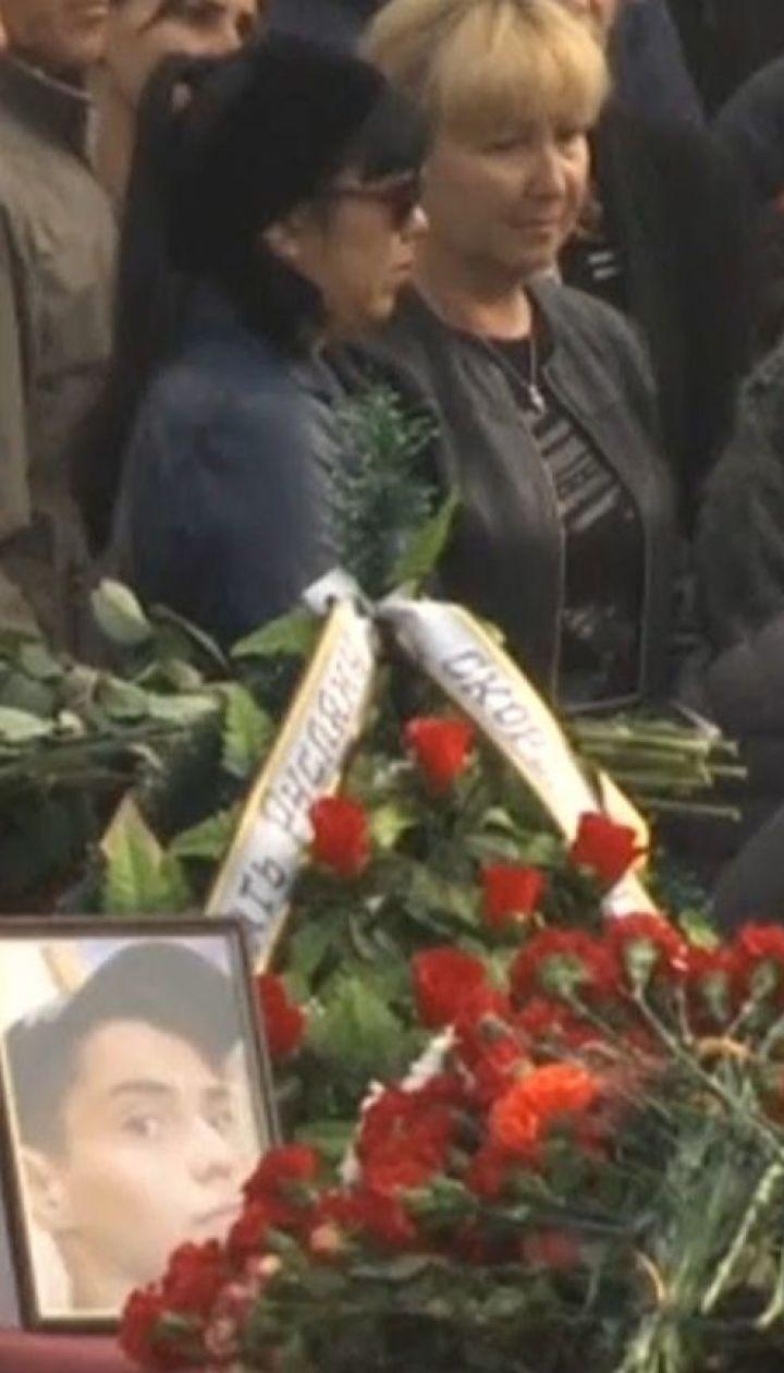 На головній площі Керчі поховали 17 жертв атаки в коледжі