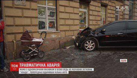 Маму с одномесячным ребенком на тротуаре чуть не раздавила легковушка в Львове
