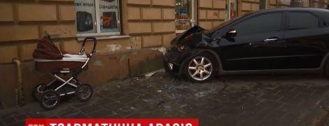 У центрі Львова в ДТП Honda відкинуло на молоду маму з немовлям у візочку