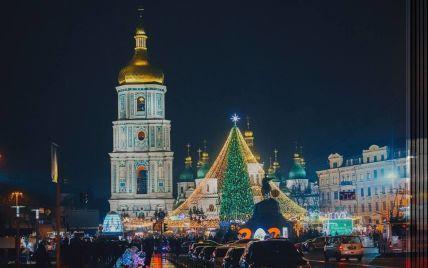 На Софійській площі у центрі Києва почали демонтаж новорічної ялинки