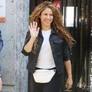 С новым цветом волос: певица Шакира попала в объективы папарацци возле суда в Мадриде
