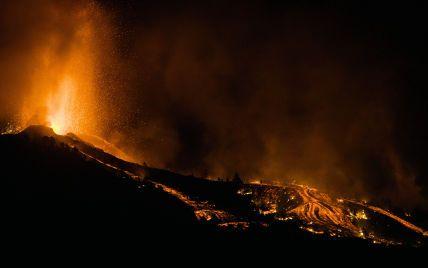 На испанском острове проснулся вулкан: столбы дыма и потоки лавы