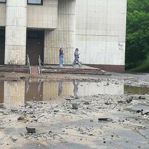 В Киеве из-под земли бил гейзер: струю кипятка в несколько метров заливала все вокруг (фото, видео)