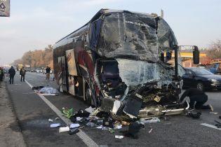 В результате столкновения пассажирского автобуса и грузовика на Житомирской трассе погиб человек