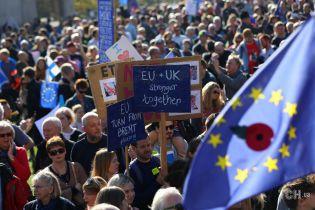 Десятки тысяч британцев вышли на улицы Лондона, требуя повторного голосования по Brexit