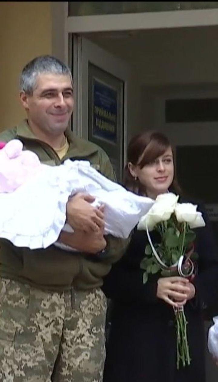 В Тернополе новорожденного малыша военнослужащих встречали украинским маршем