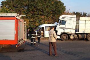 На Черкащині у моторошне ДТП з вантажівкою потрапила група школярів – загинула дитина