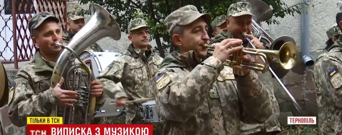 Сюрприз возле роддома: в Тернополе роженицу встретили с военным оркестром