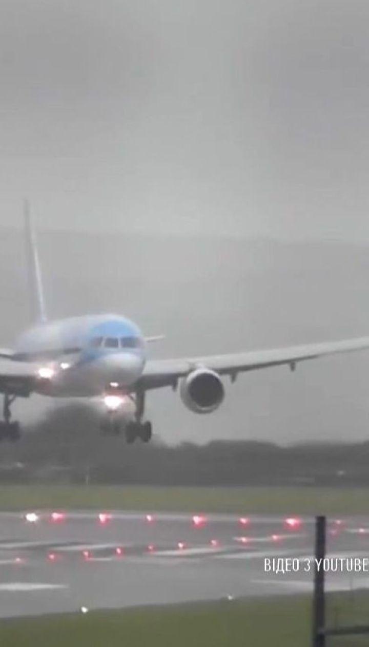 Женщина-пилот посадила самолет боком во время шторма