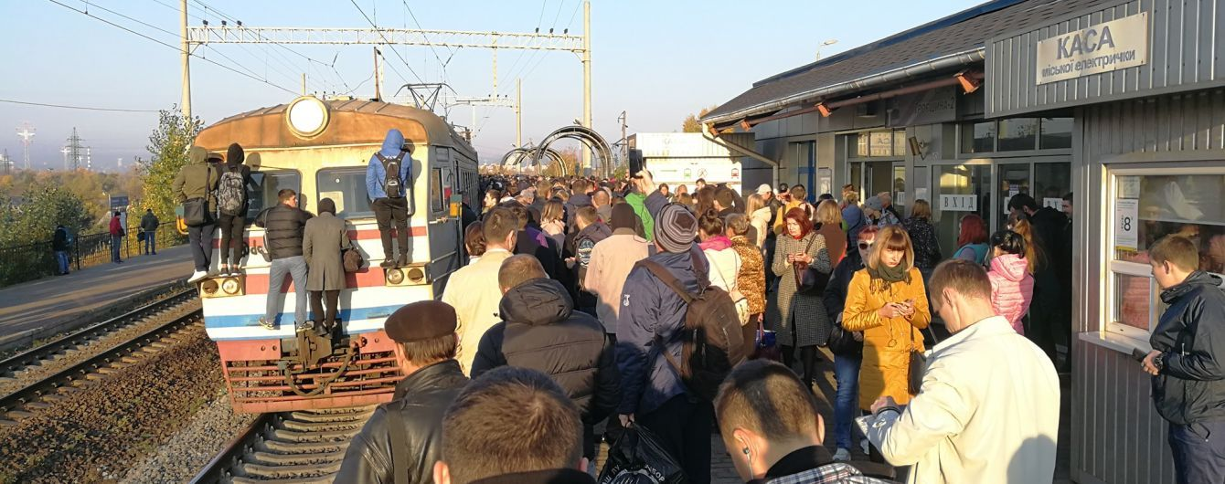У Києві незадоволені люди заблокували рух міської електрички на знак протесту