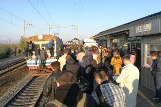 В Киеве недовольные люди заблокировали движение городской электрички в знак протеста