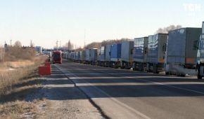 На кордоні з Росією утворився величезний затор з вантажівок