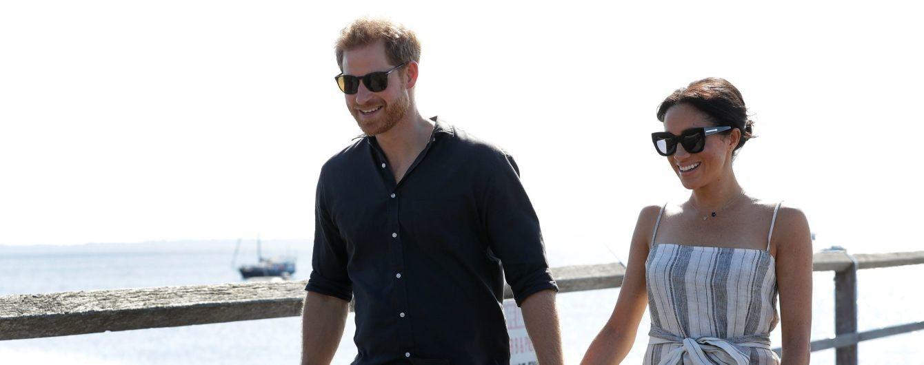 Вагітна Меган у сарафані з високим розрізом та сандалях за руку з чоловіком відвідала острів Фрейзер