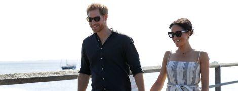 Беременная Меган в сарафане с высоким разрезом и сандалиях за руку с мужем посетила остров Фрейзер