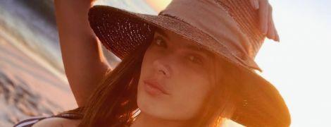 Знову на пляжі: Алессандра Амбросіо похизувалася пишними грудьми в купальнику