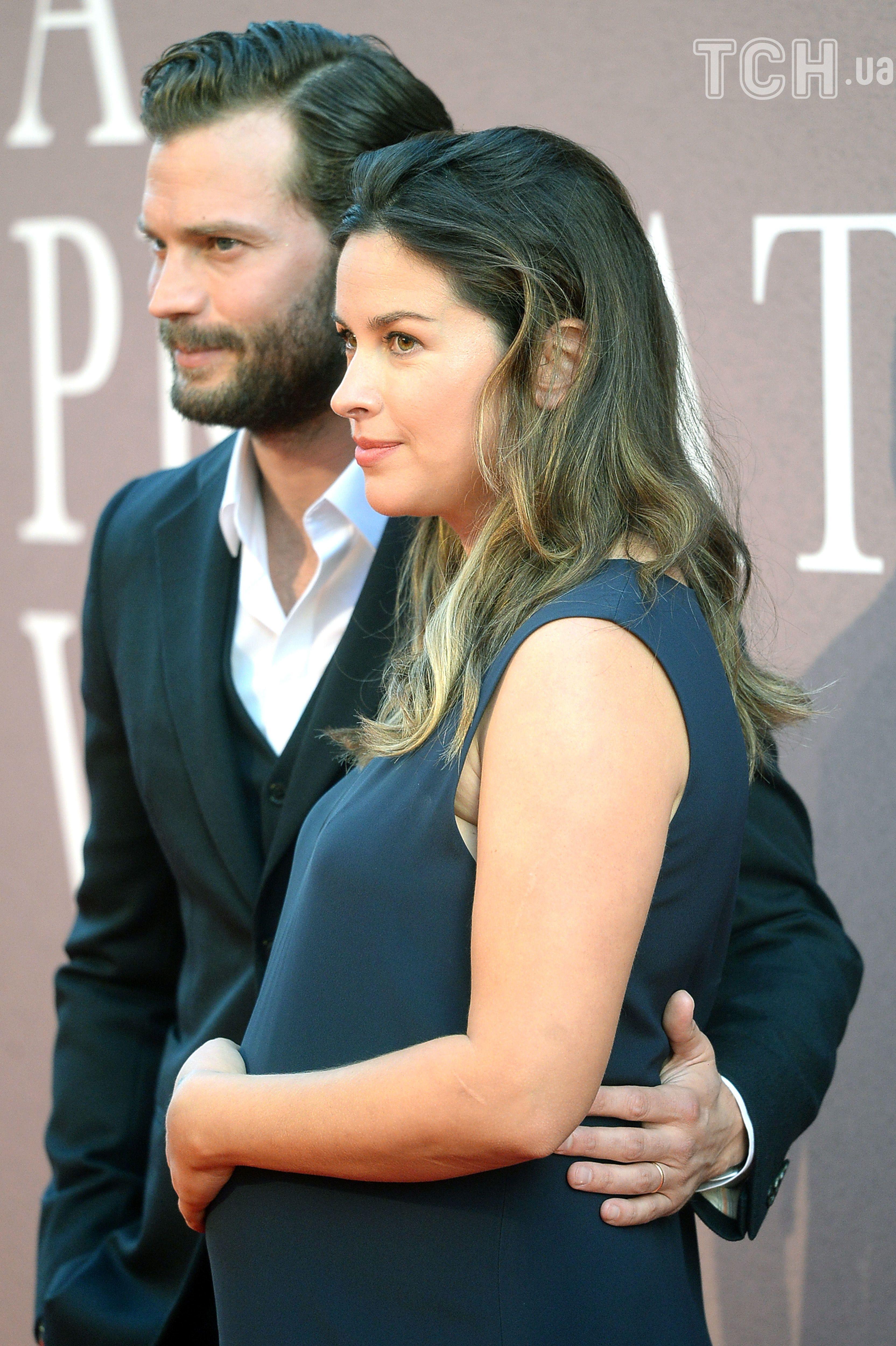 Джеймі Дорнан з вагітною дружиною_2
