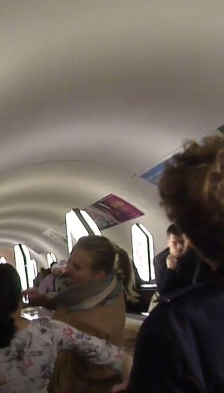 В столичному метро розпилили невідому речовину: постраждали близько десяти людей