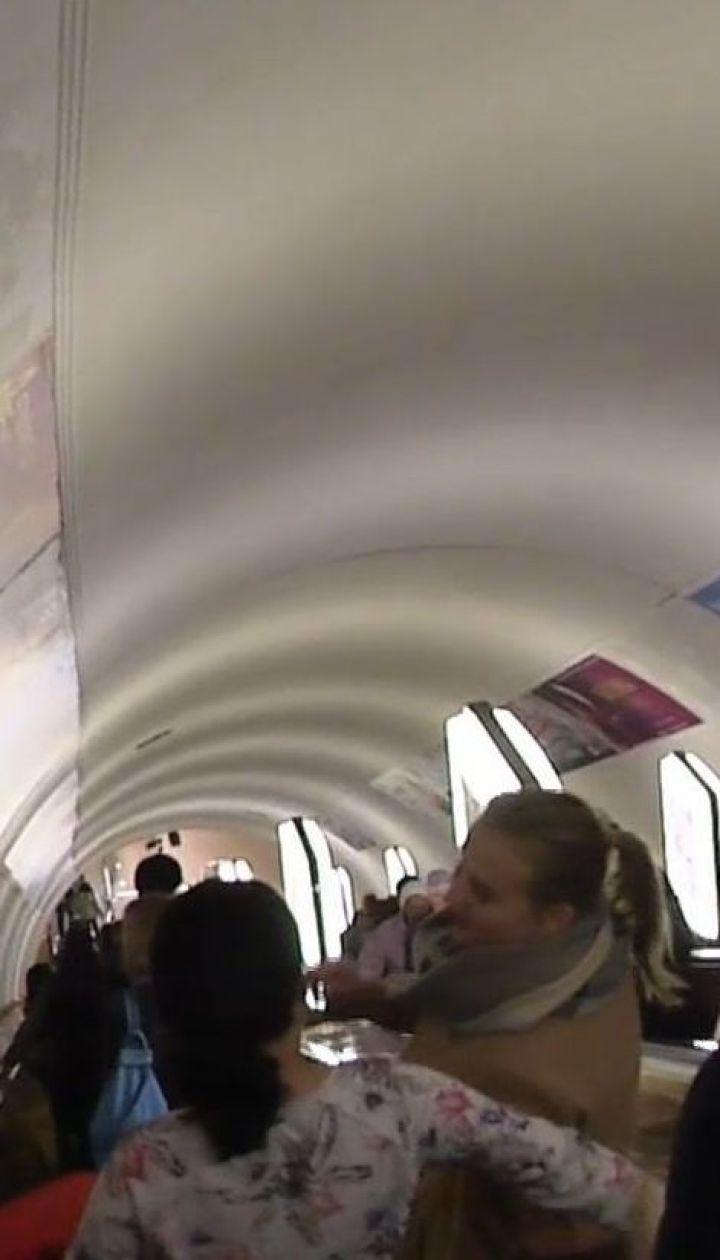 В столичном метро распылили неизвестное вещество: пострадали около десяти человек