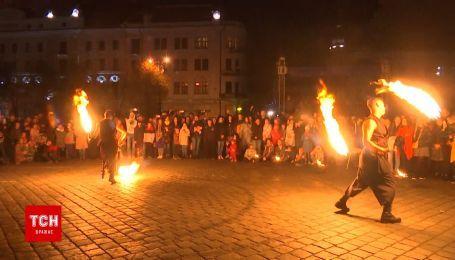 В Черновцах к открытию театрального фестиваля устроили огненное шоу