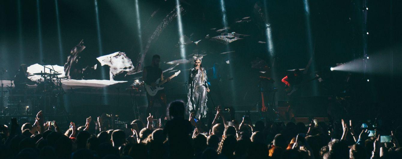 В серебристом комбинезоне и с луной на голове: эффектные образы солистки The Hardkiss Саниной на концерте
