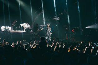 У сріблястому комбінезоні і з місяцем на голові: ефектні образи солістки The Hardkiss Саніної на концерті