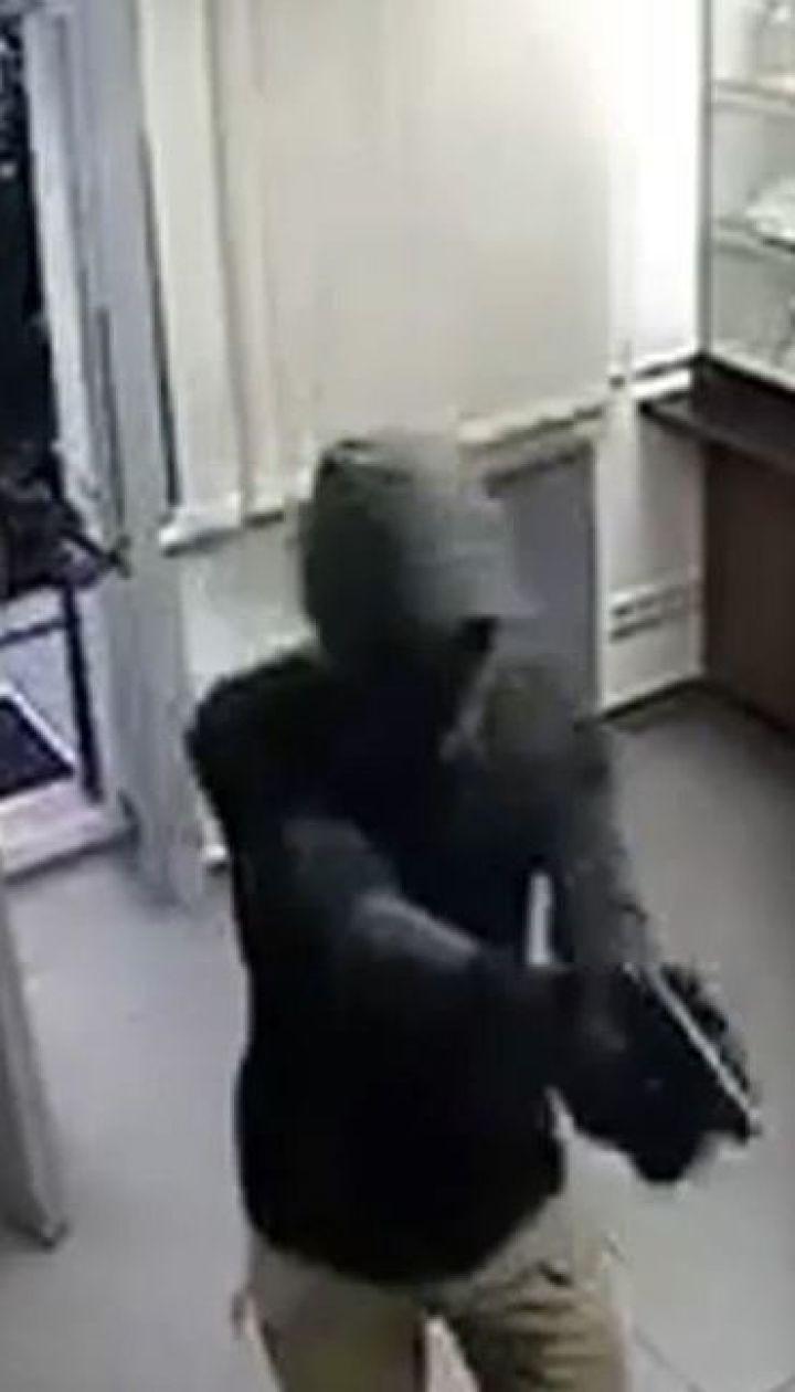У столиці затримали чоловіка, який під час розбою застрелив охоронця ювелірного магазину
