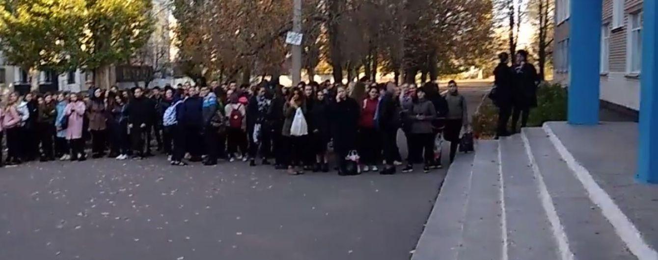 В Павлограде в школе разлили бром: детей и учителей срочно эвакуировали