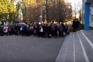 У Павлограді в школі розлили бром: дітей та вчителів терміново евакуювали