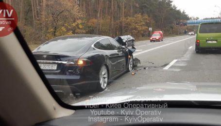 Під Києвом Tesla потрапила у жахливу аварію