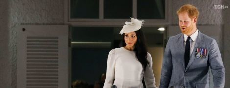 Принц Гарри и беременная Меган в белом платье в непогоду прилетели на острова Фиджи
