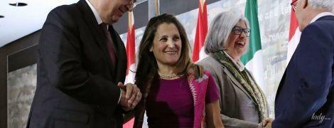 Повторила образ: министр иностранных дел Канады надела на пресс-конференцию короткое платье