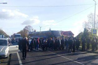 В Львовской области люди заблокировали международное шоссе